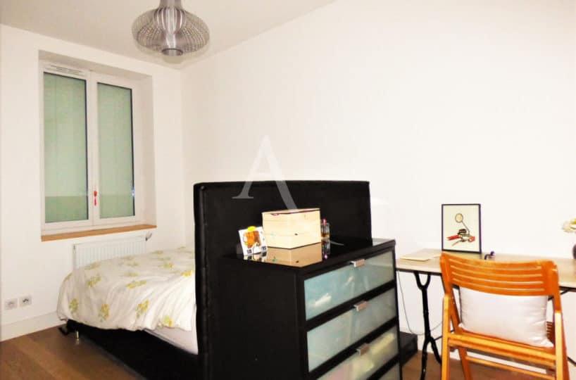 location appartement val de marne: maisons-alfort, 2 pièces, chambre avec lit et bureau