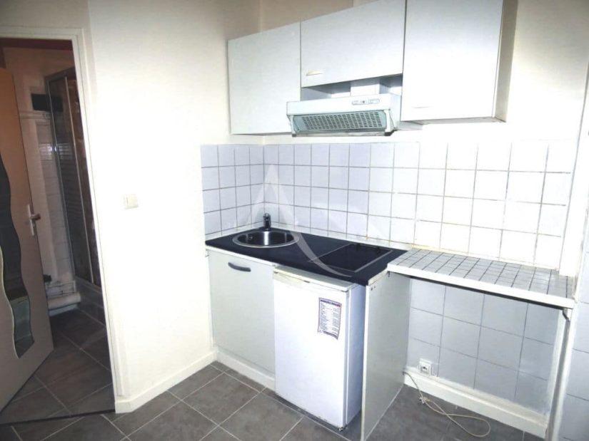 louer appartement charenton-le-pont: studette 16 m², cuisine équipée avec plaque et hotte