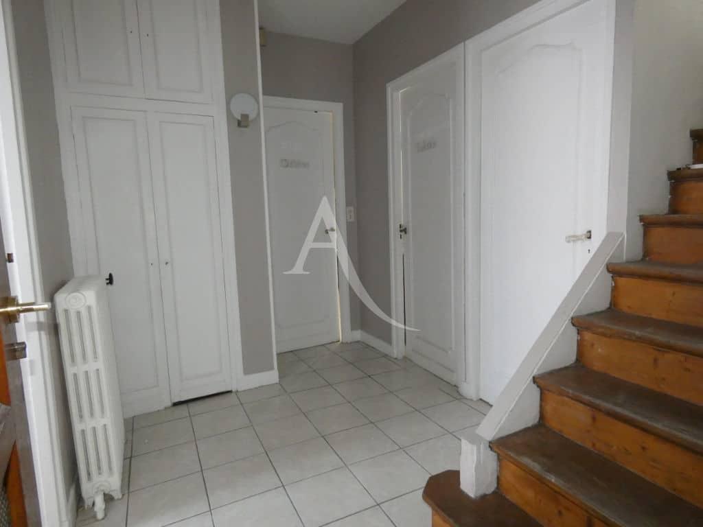 agence location immobiliere: maison 7 pièces 110 m², entrée et escalier vers l'étage
