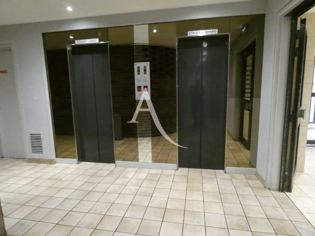 immo valerie: appartement 4 pièces 88 m², hall d'entrée de l'immeuble avec ascenseurs