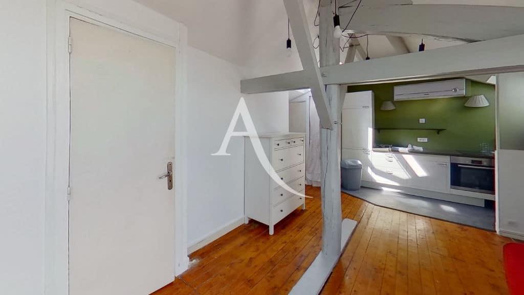 appartement a louer alfortville: studio 24 m², poutres apparentes, parquet dans pièce à vivre