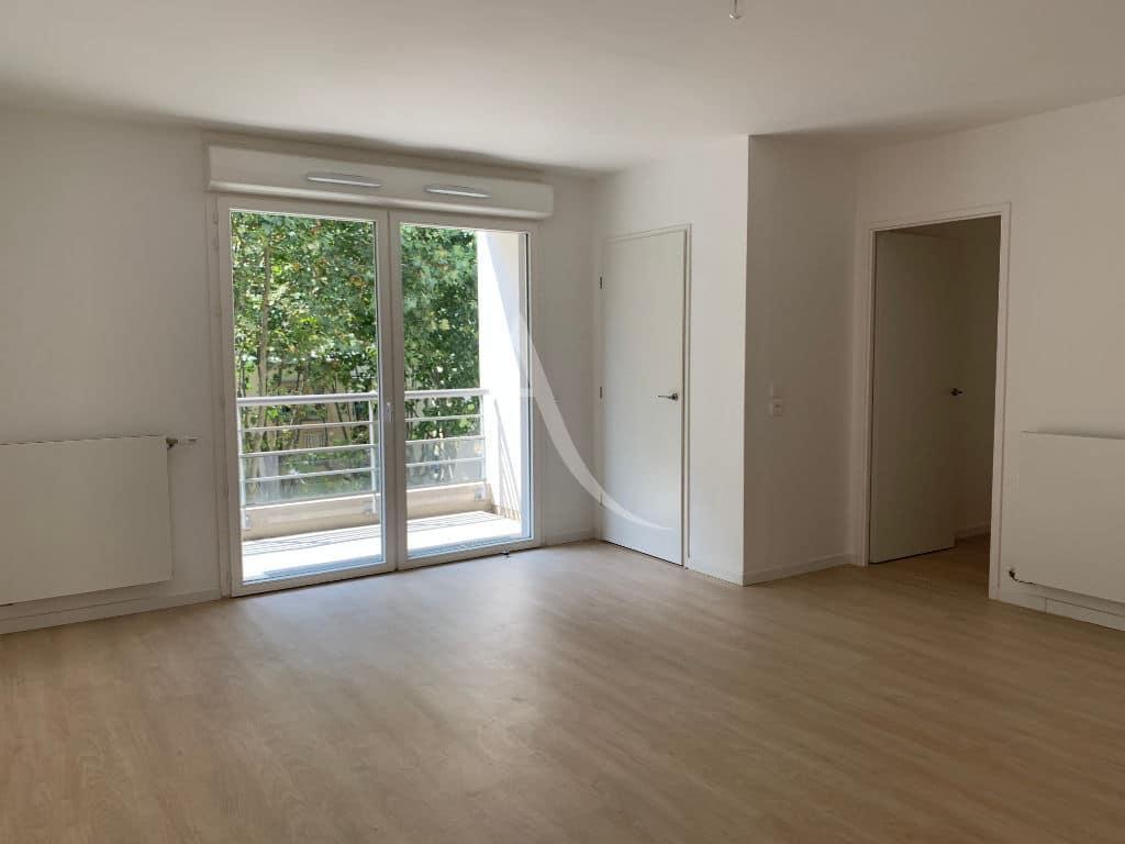 location appartement val de marne: 3 pièces 69 m², grand séjour avec placard ouvert sur balcon, créteil rer d vert de maisons