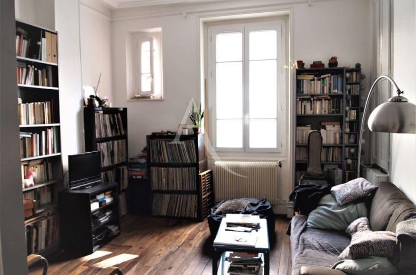 immobilier à vendre: appartement paris 20e, 4 pièces 69 m² - ref.3195 séjour avec parquet et grande fenêtre