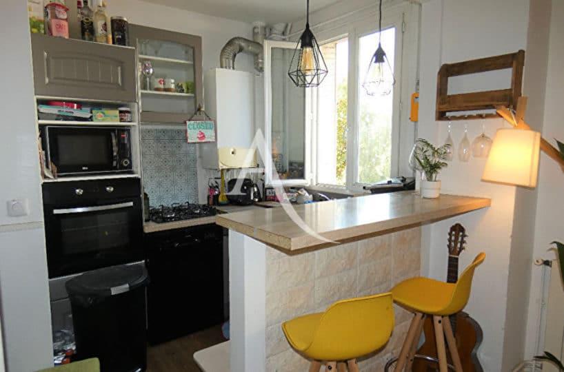 location appartement 94: appartement 2 pièces 30 m² meublé - bar de la cuisine ouverte