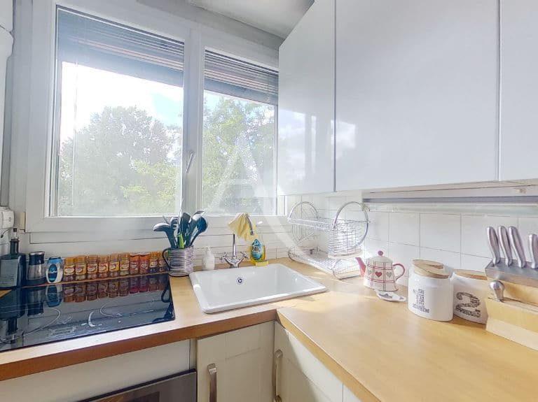 immobilier 94: appartement 3 pièces 49 m², cuisine équipée de plaques à induction