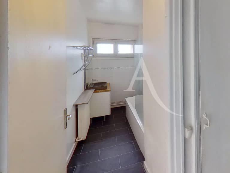 immobilier maison alfort: appartement 2 pièces 51 m², salle de bains vue vasque et baignoire