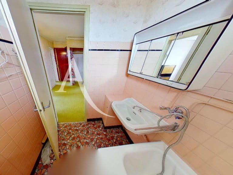 immobilier à acheter: appartement 4 pièces 66 m², salle d'eau, douche baquet, et vasque