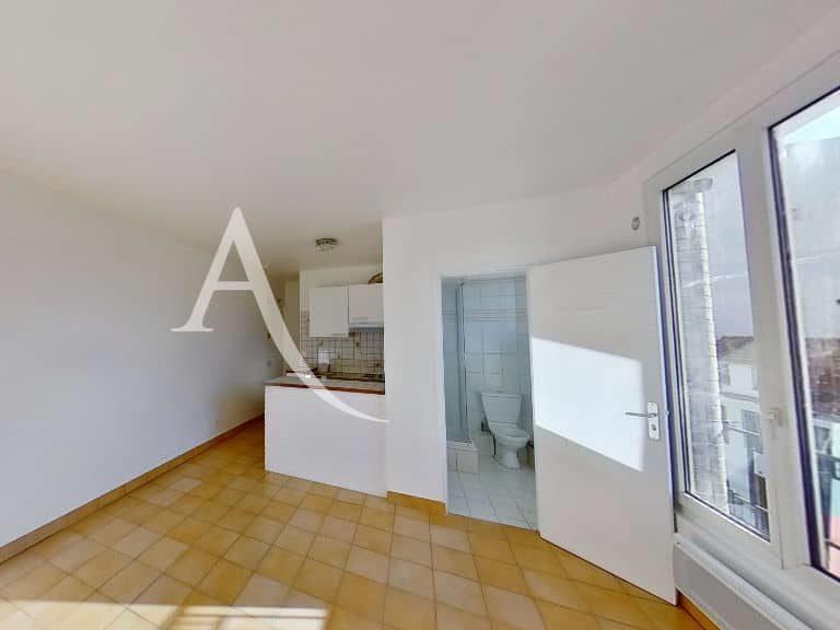 location appartement alfortville: studio 20 m², pièce principale lumineuse avec porte fenêtre