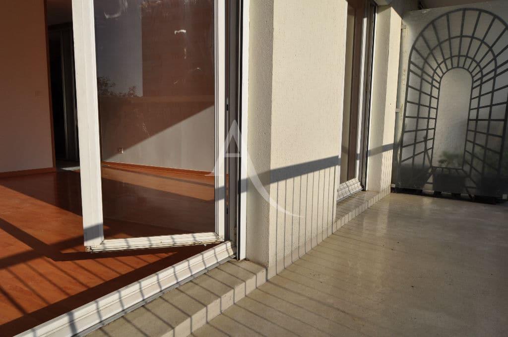 agence immo maisons-alfort: studio 30 m², grand balcon, carrelage au sol donnant sur pièce principale