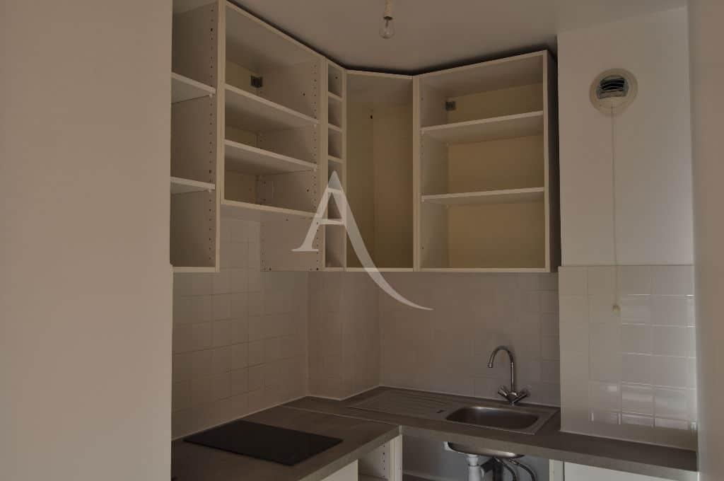 appartement a louer maison alfort: studio 30 m², cuisine aménagée avec nombreux rangements