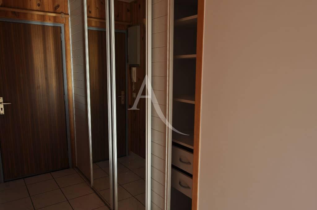 location appartement maison alfort: studio 30 m², entrée avec armoire encastrée et portes vitrées