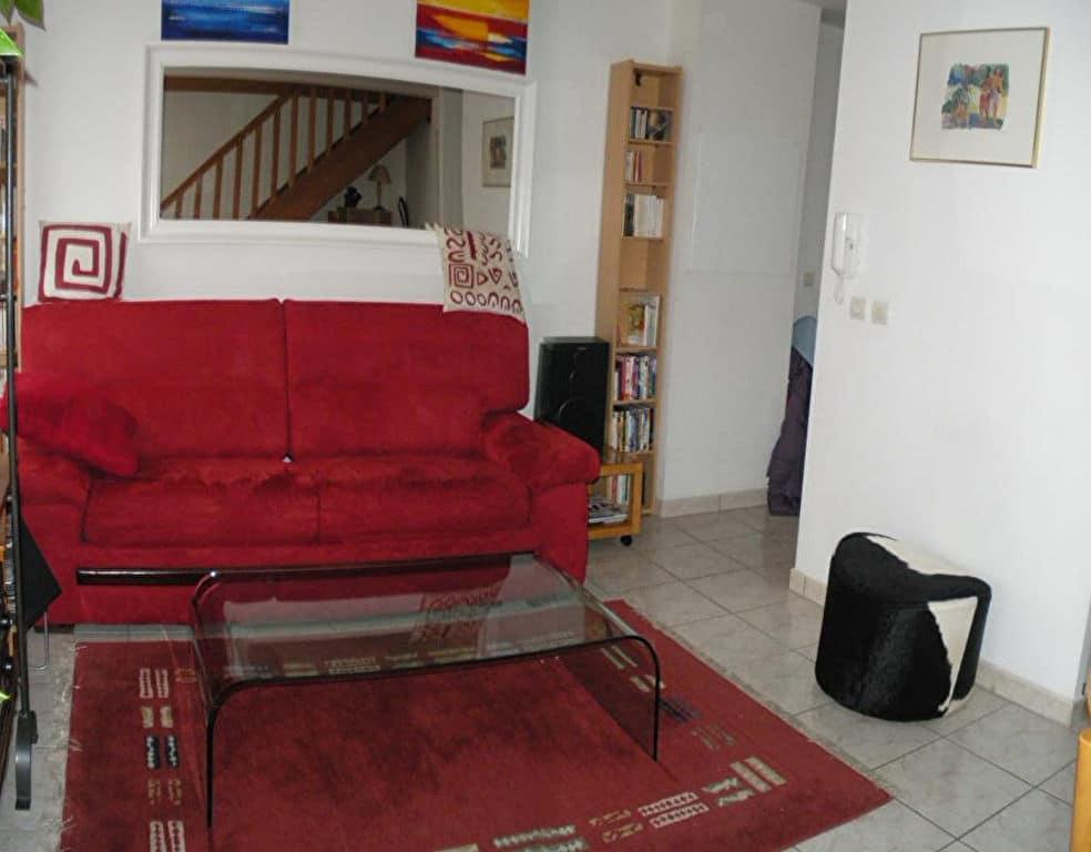 agence immobilière 94: 2 pièces en duplex 43 m², séjour, escalier pour accès chambre