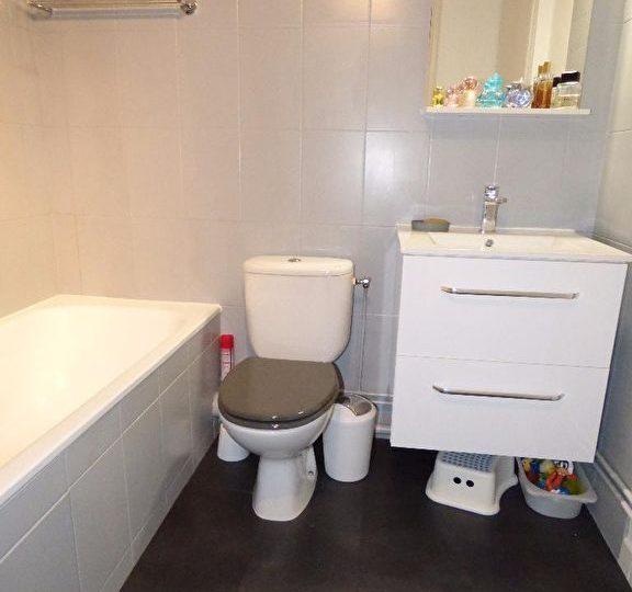 immobilier maison: maison 5 pièces 78 m², salle de bain avec baignoire et wc