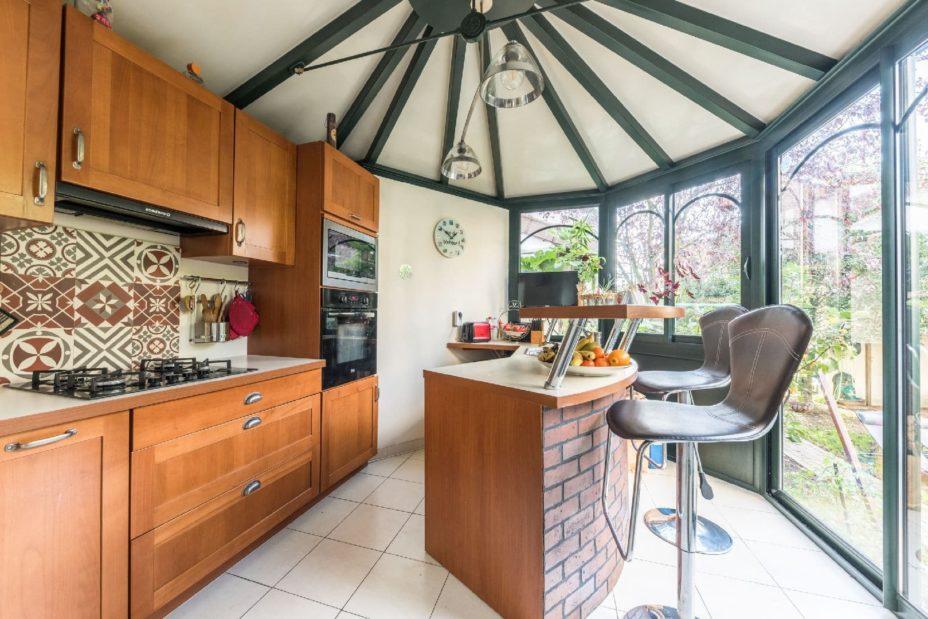 agence immo maison-alfort: maison 9 pièces 200 m², au rdc , cuisine-véranda, toit vouté