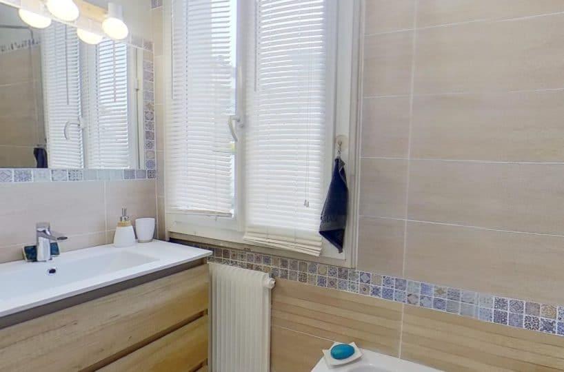 l adresse immobilier 94: maison 9 pièces 200 m², à l'étage: salle de bain avec baignoire,