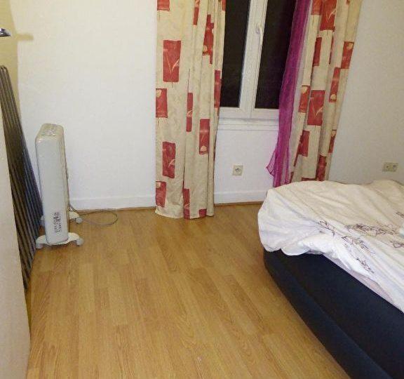 faire estimer appartement alfortville: 2 pièces, chambre avec imitation parquet au sol