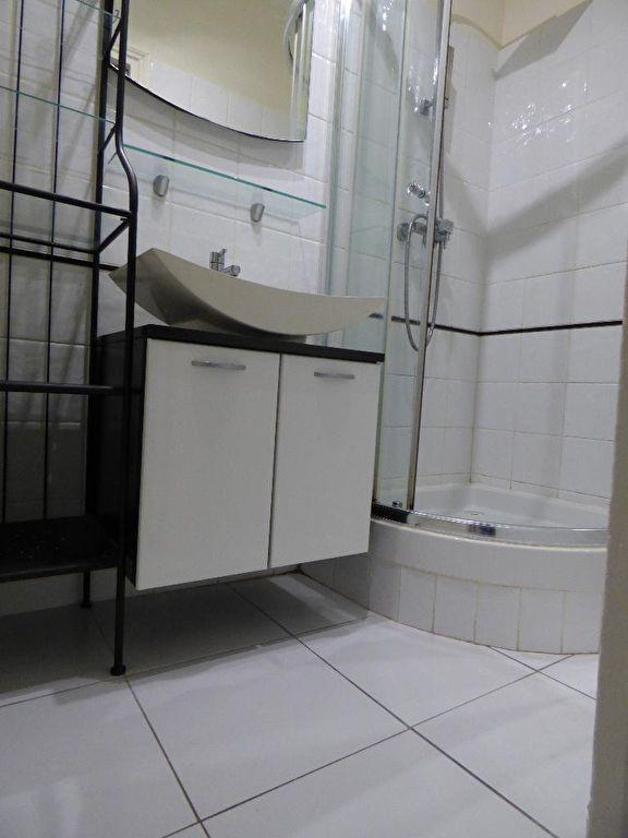 achat appartement alfortville: 3 pièces 50 m², salle d'eau avec douche et vasque moderne