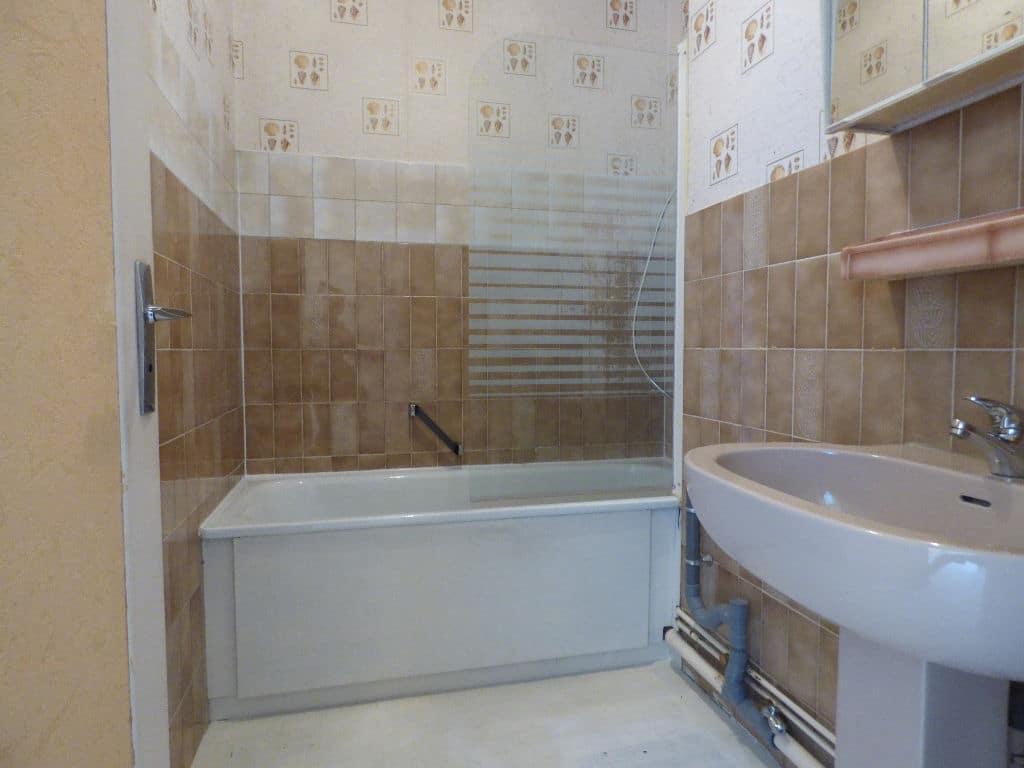 agence de la mairie charenton: appartement 3 pièces 67 m², salle de bain avec baignoir