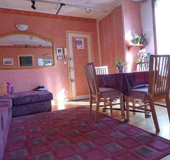 vente appartement 2 pieces alfortville: 2 pièces 45 m², salon avec vue sur la porte d'entrée