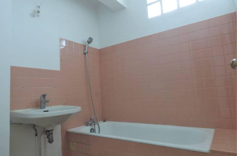 agence immo alfortville: 3 pièces 68 m², salle de bains avec baignoire et lavabo