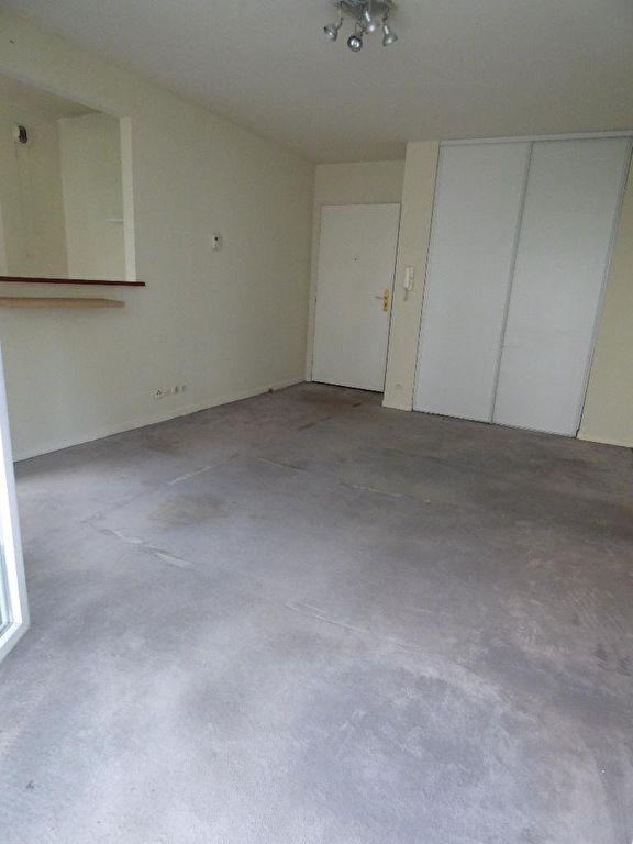 vente appartement 2 pieces alfortville: 2 pièces 40 m², vue sur la porte d'entrée avec placards