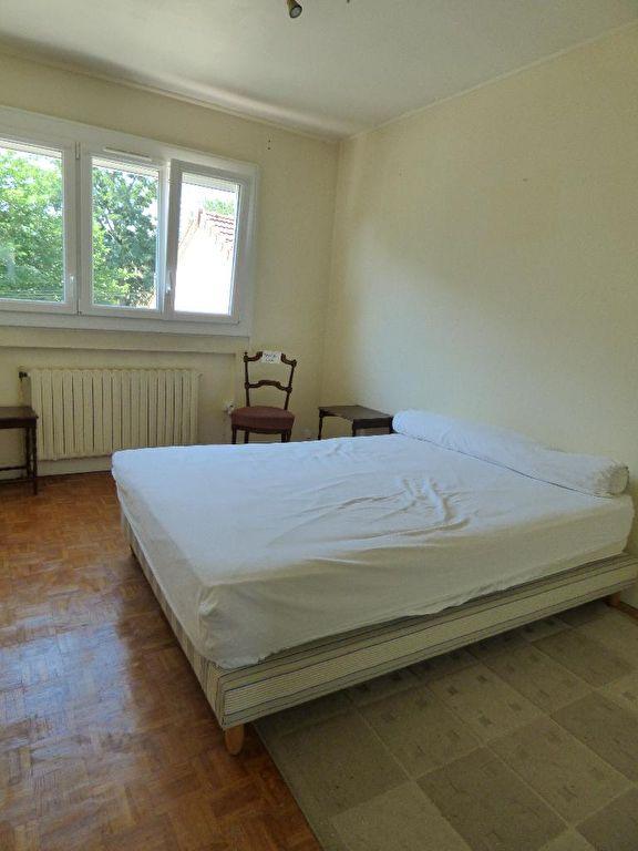 estimation en ligne maison: 7 pièces 95 m², chambre à coucher, vue sur jardin