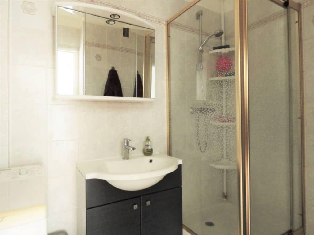 faire estimer appartement alfortville: 2 pièces 46 m², salle d'eau avec douche, vasque et wc
