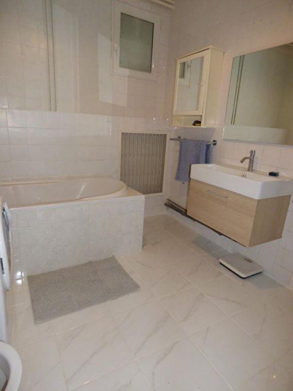 agence immobilière alfortville: 5 pièces 126 m², salle de bains avec baignoire, vasque et fenêtre