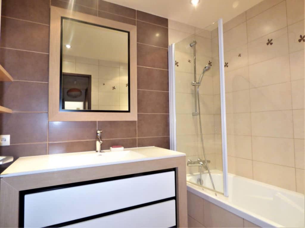 vente appartement maisons-alfort: 4 pièces 85 m², salle de bains avec baignoire et vasque