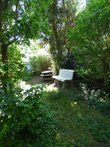 faire estimer maison alfortville: 3 pièces, jardin arboré, banc et petite table anciens