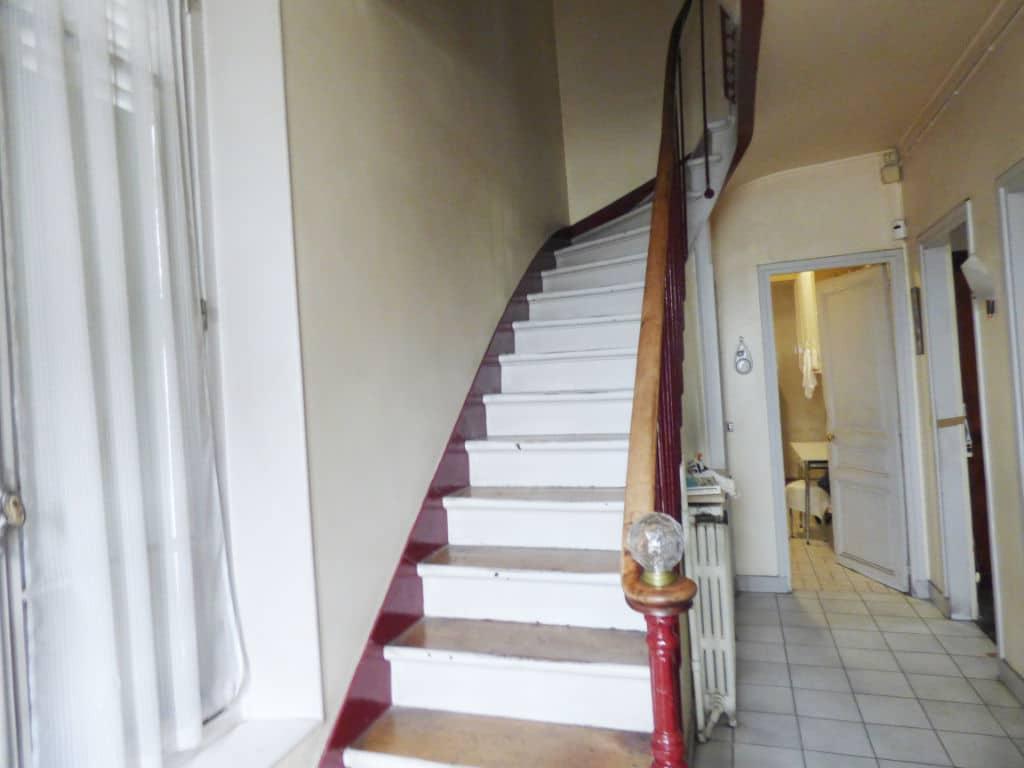 vente maison 94700: 7 pièces 140 m², escalier pour accès aux chambres