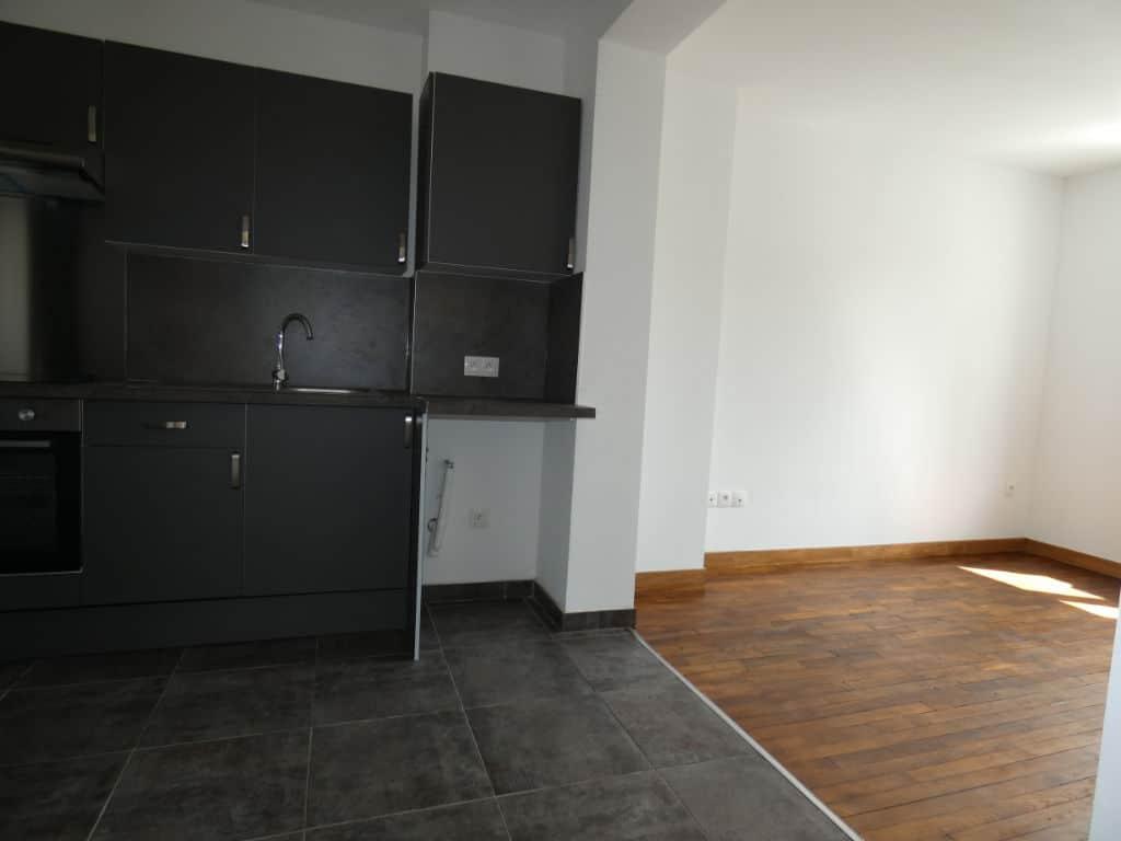 agence alfortville: 2 pièces 33 m², cuisine équipée de plaques électriques, hotte et rangements