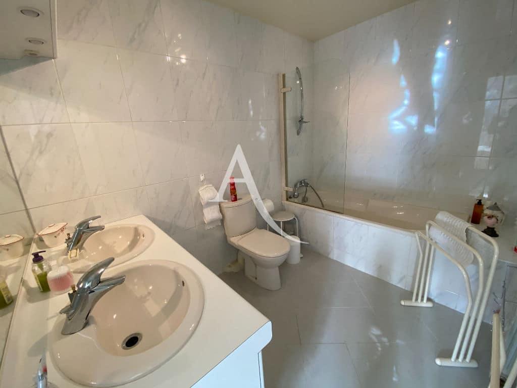 agence immo maison-alfort: maison 7 pièces, salle de bain avec 2 vasques, baignoir et wc