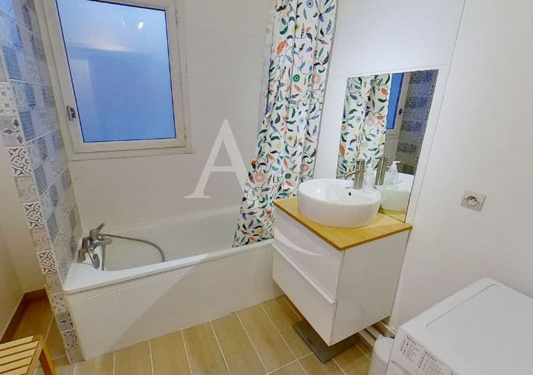 valerie immobilier alfortville: appartement 2 pièces 50 m², à l'étage: salle de bain avec baignoire, wc séparé
