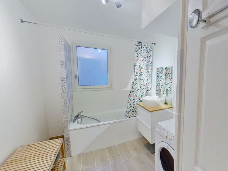 location par agence alfortville: appartement 2 pièces 50 m², salle de bain à l'étage avec coin machine à laver