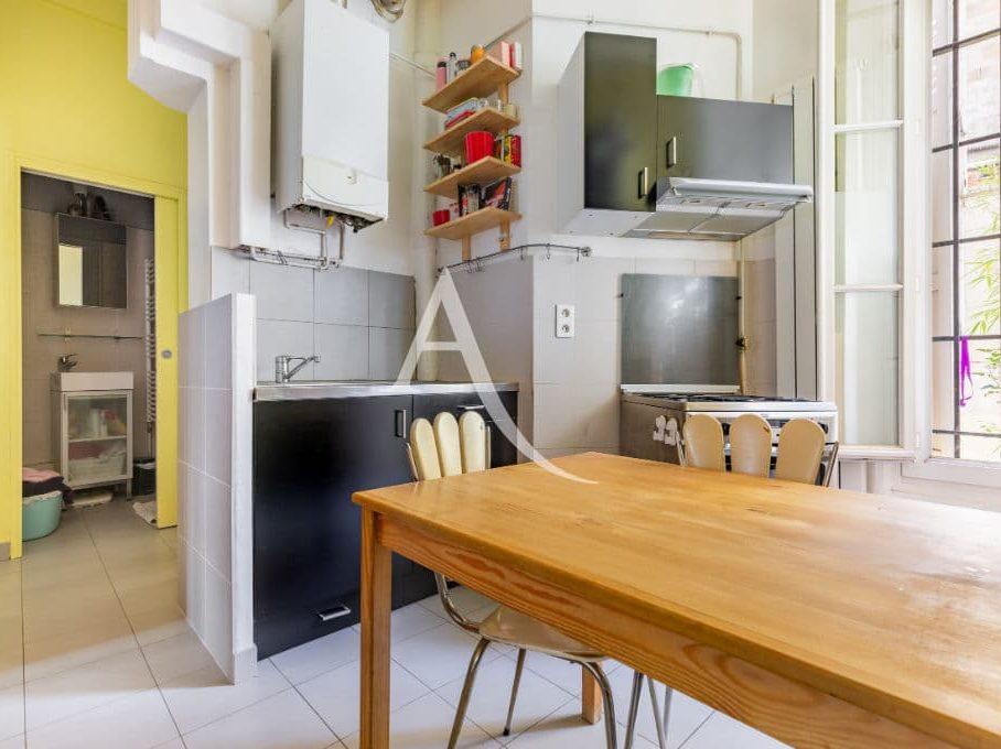 site vente appartement: 4 pièces 69 m², cuisine avec une porte coulissante pour accéder à la salle d'eau