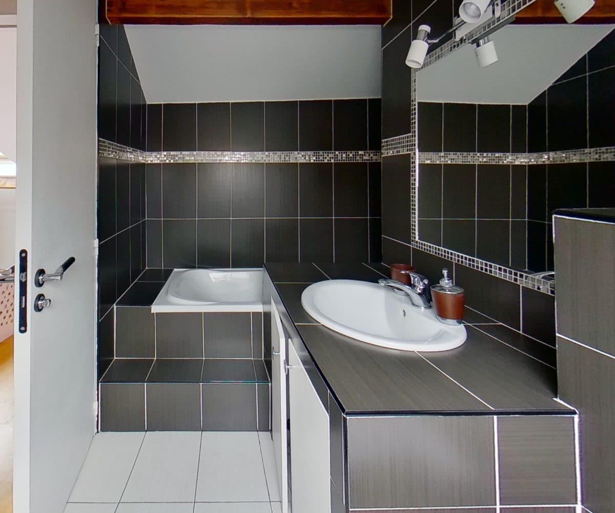 immobilier 94: appartement 4 pièces 77 m², niveau haut: salle de bain avec baignoire
