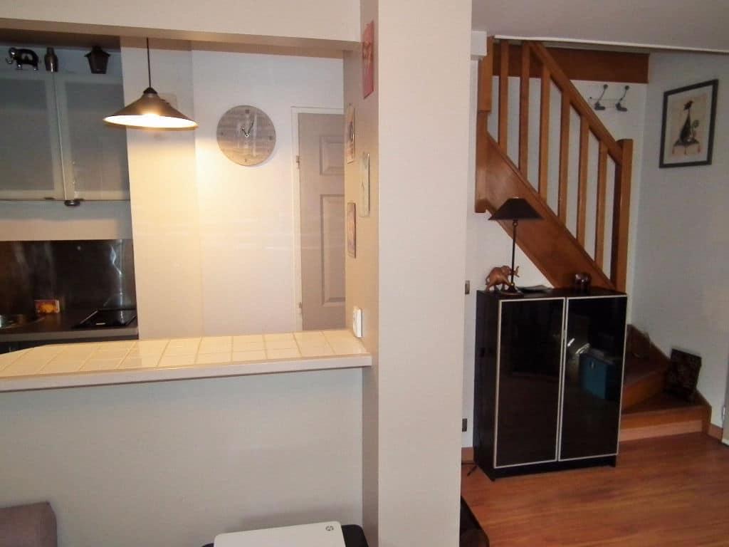 vente appartement 2 pieces alfortville: 2 pièces, escalier en bois menant à la chambre