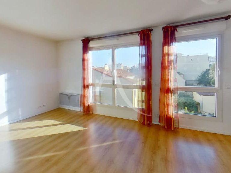 location appartement alfortville: studio, séjour lumineux, deux grandes fenêtres