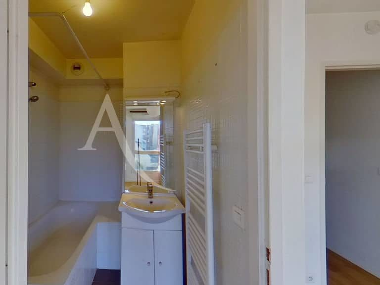 immobilier 94: studio 36 m², salle de bain avec baignoire, wc séparé, alfortville
