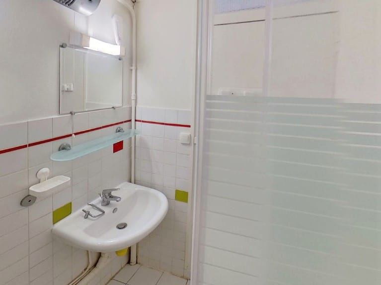 agence alfortville: studio 17 m², salle d'eau avec cabine de bouche
