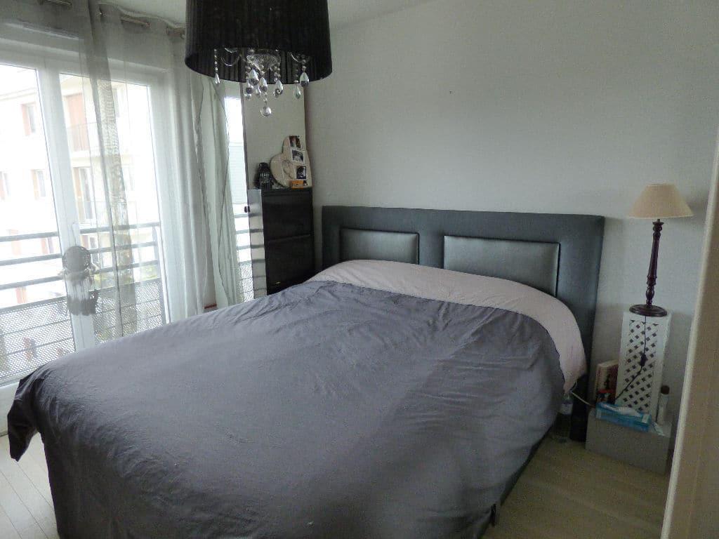 achat appartement maison alfort: 3 pièces, chambre à couche, lustre au plafond