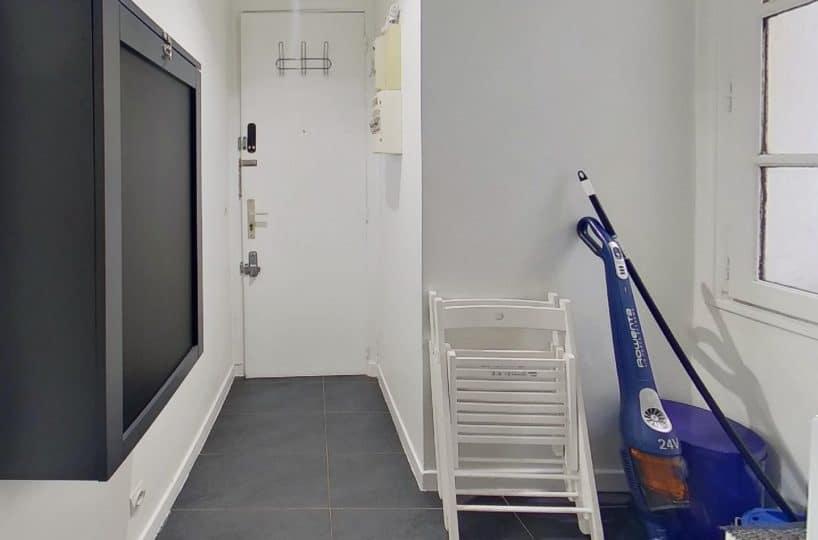 location appartement charenton le pont: studio 19 m², aperçu de l'entrée et de la porte