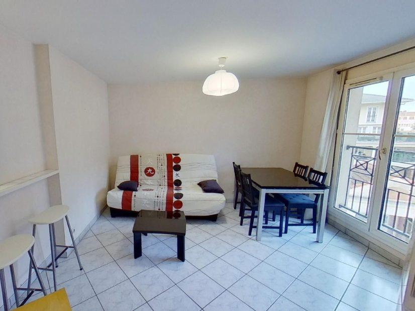 agence de location appartement: 2 pièces 39 m², séjour meublé avec cuisine semi ouverte, proche quais seine