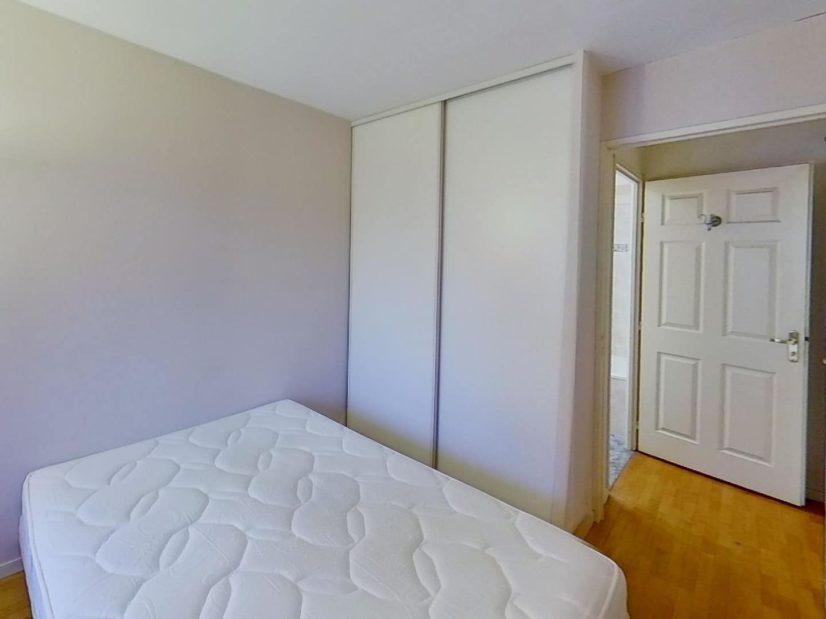 location appartement 94: 2 pièces 39 m²,chambre à coucher avec lit et armoire