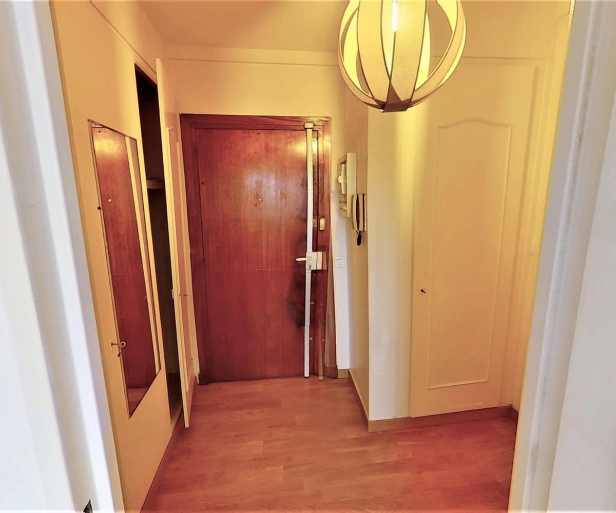 l'adresse alfortville: studio 27 m², entrée éclairée par un plafonnier