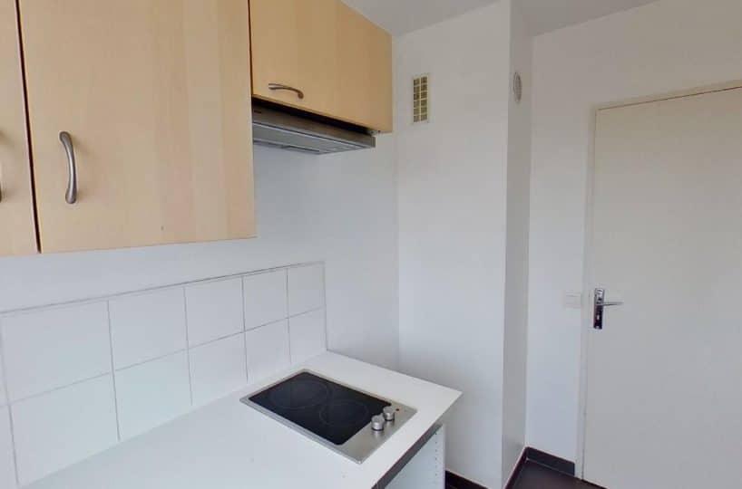 location appartement 94: studio 27 m², cuisine équipée de plaques, hotte, placards