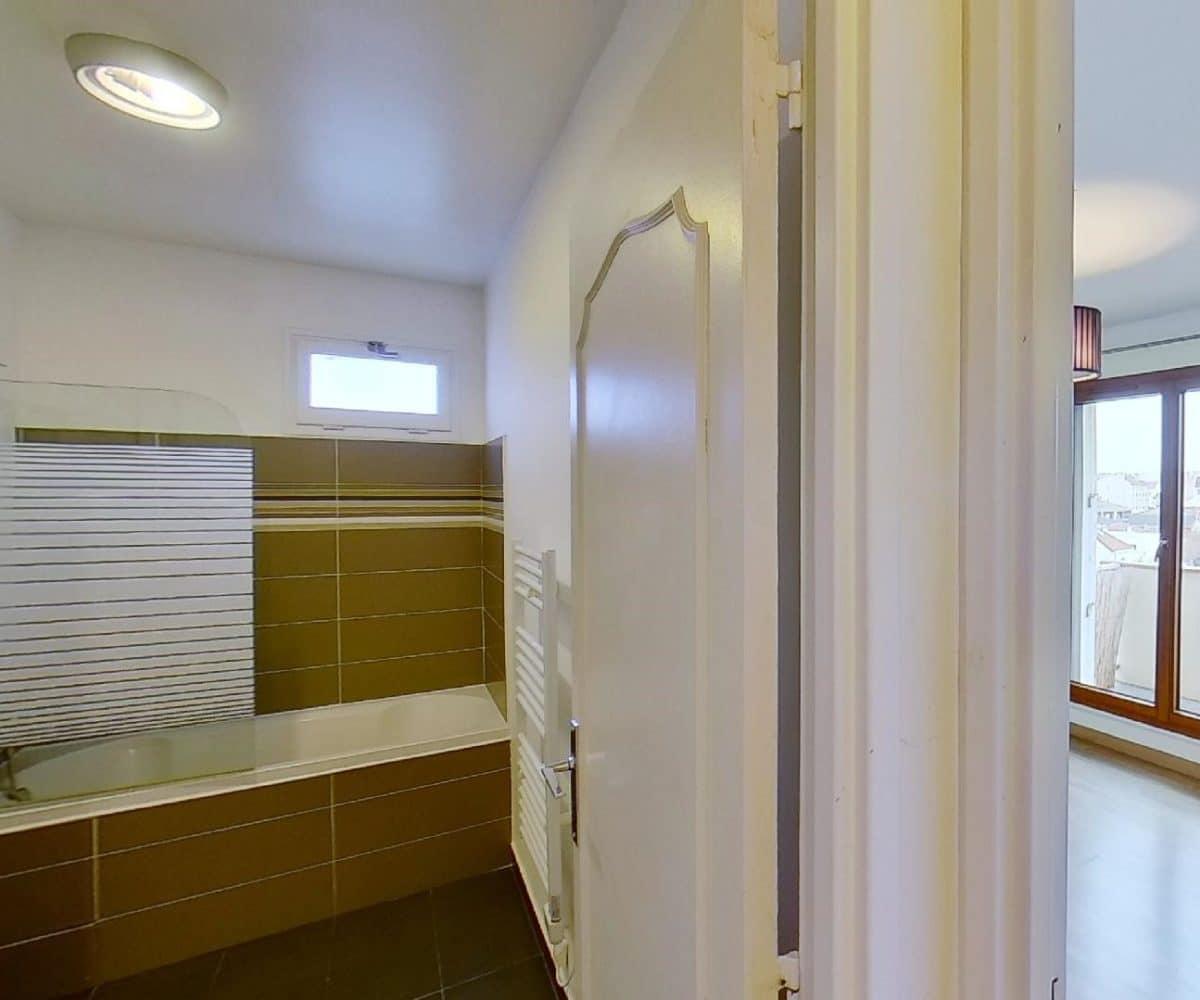agence immobilière 94: studio 27 m², salle de bain avec baignoire, chauffe serviettes