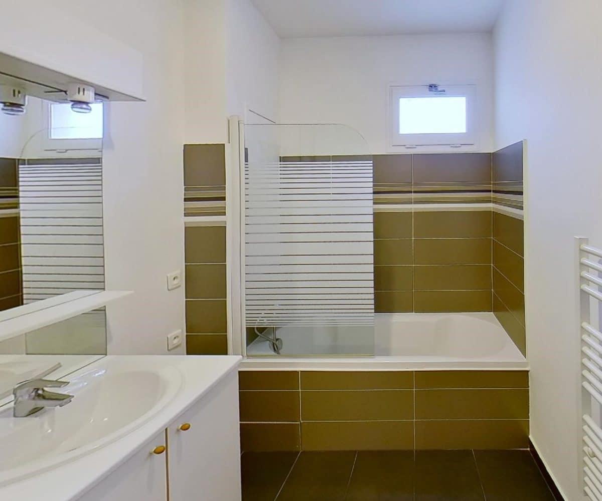 location studio alfortville, 27 m², salle de bain avec baignoire, wc séparé