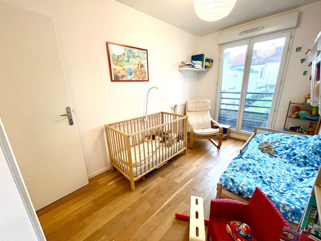 agence immo maisons-alfort: 3 pièces 62 m², première chambre lit simple et lit bébé accès balcon